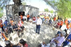 ALIANZA CIUDADANA 26.-En reuniones de patio habla Emilio de Hoyos con los habitantes.