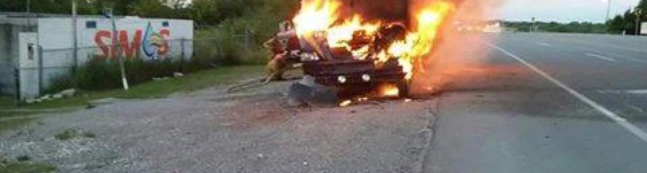 Chofer abandona su unidad en llamas en ejido la Pileta.