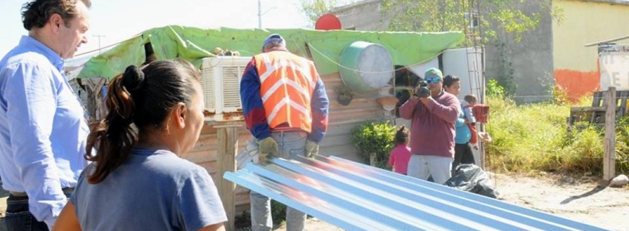 Lleva el Alcalde Licenciado Gerardo García láminas a habitantes de la Col. Lupita Murguía