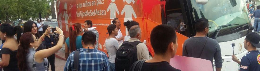 """Homosexuales detienen """"Autobús de la Libertad"""""""
