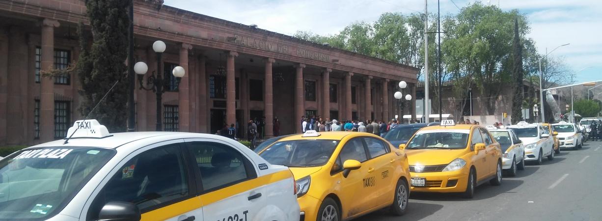 Taxista se van contra Uber y Driver
