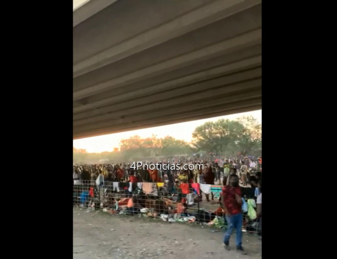 10,503 migrantes bajo el puente internacional Del Rio, Tx. van y vienen por el rio a México, en busca de comida.