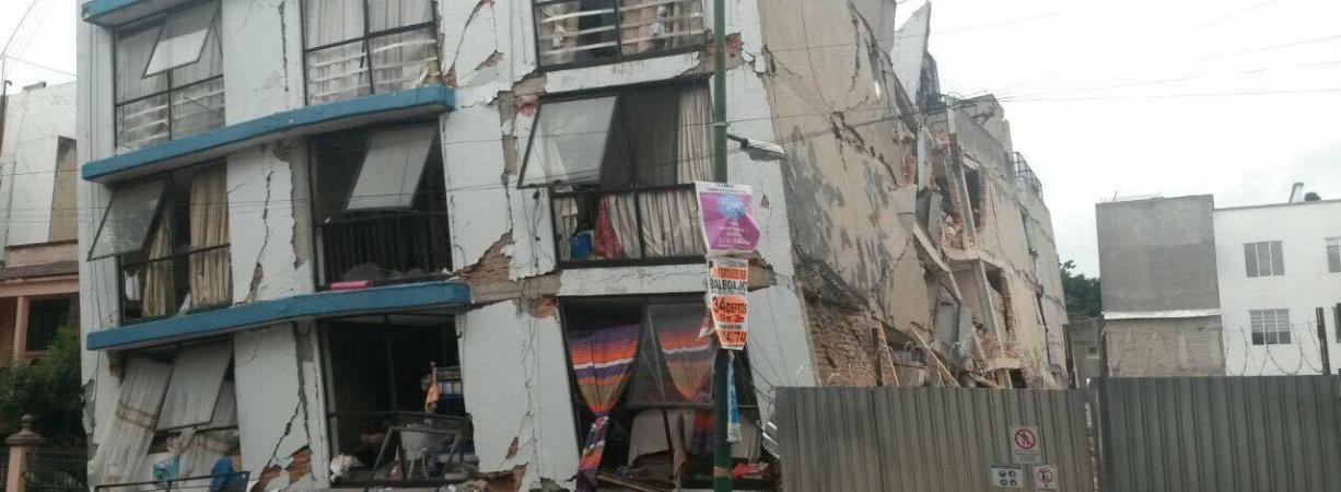 Rescatistas acuñenses de PC y Bomberos buscan sobrevivientes en edificio semi derrumbado en Ciudad de México.
