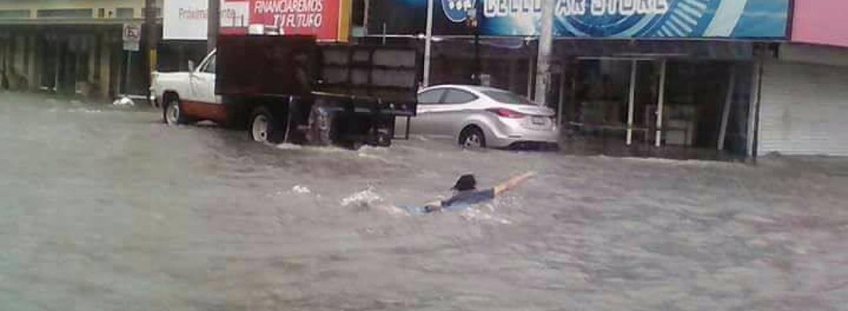 Sin drenaje pluvial Torreón convertido en alberca pública por lluvias