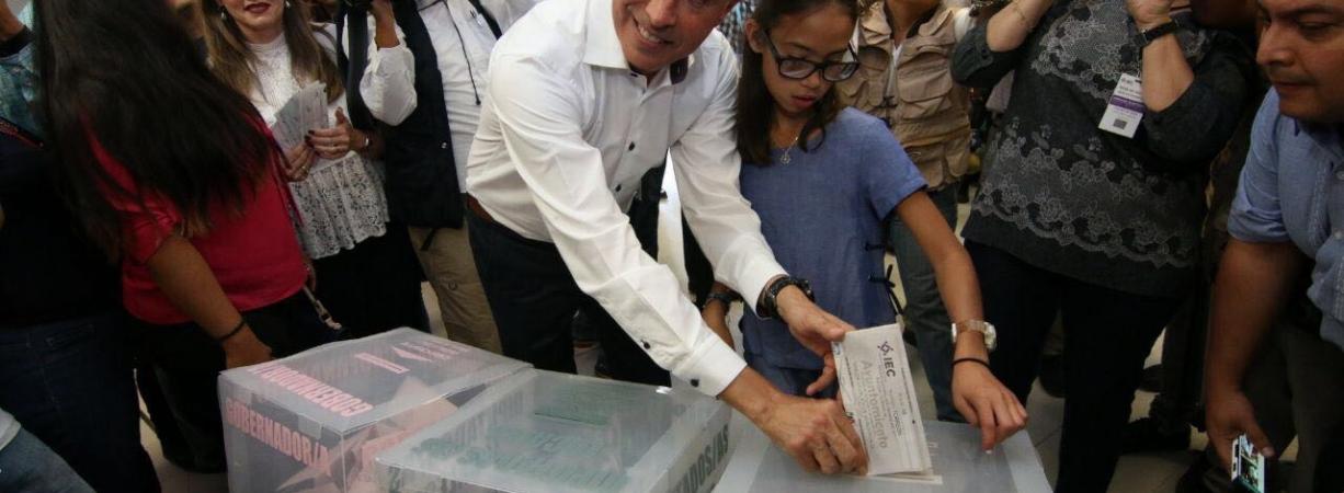 Emite su voto Guillermo Anaya LLamas