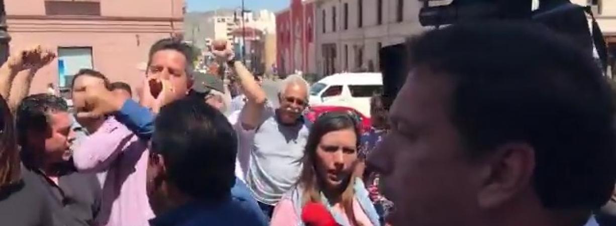 Se manifiestan en Palacio Municipal por muerte de profesor a manos de policías municipales