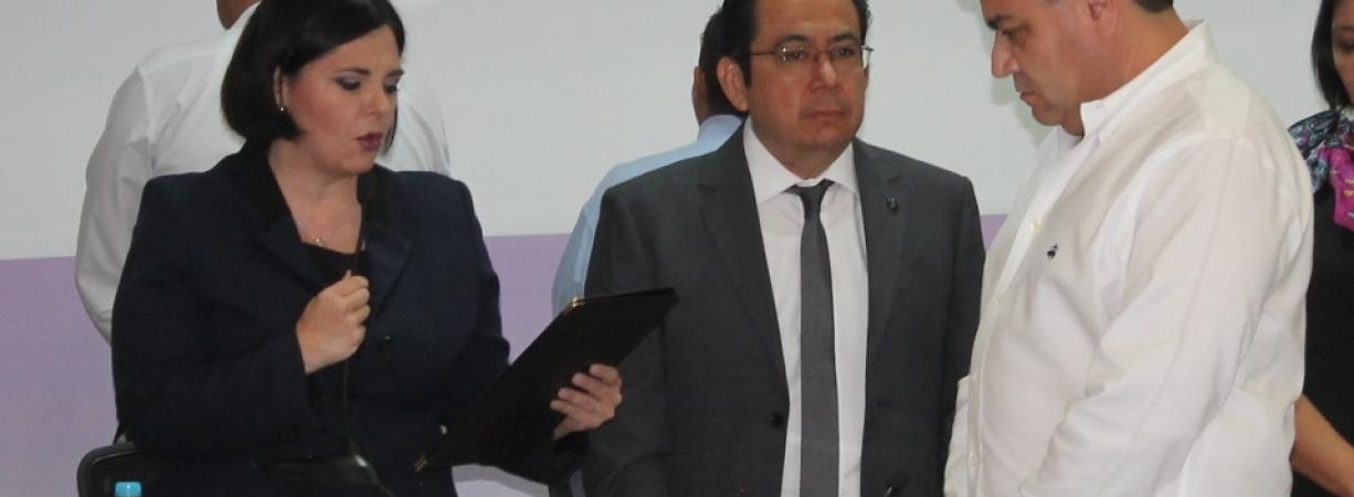 Molesta y a gritos dice presidenta de IEC que no hubo fraude.