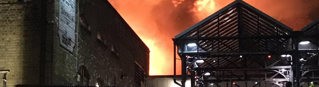 Incendio consume turístico mercado Camden Lock en Londres