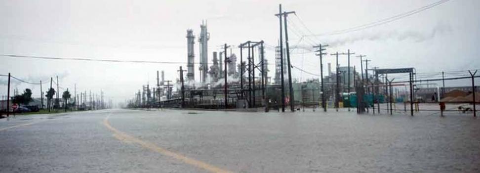Cierra por inundaciones mayor refinería de Estados Unidos