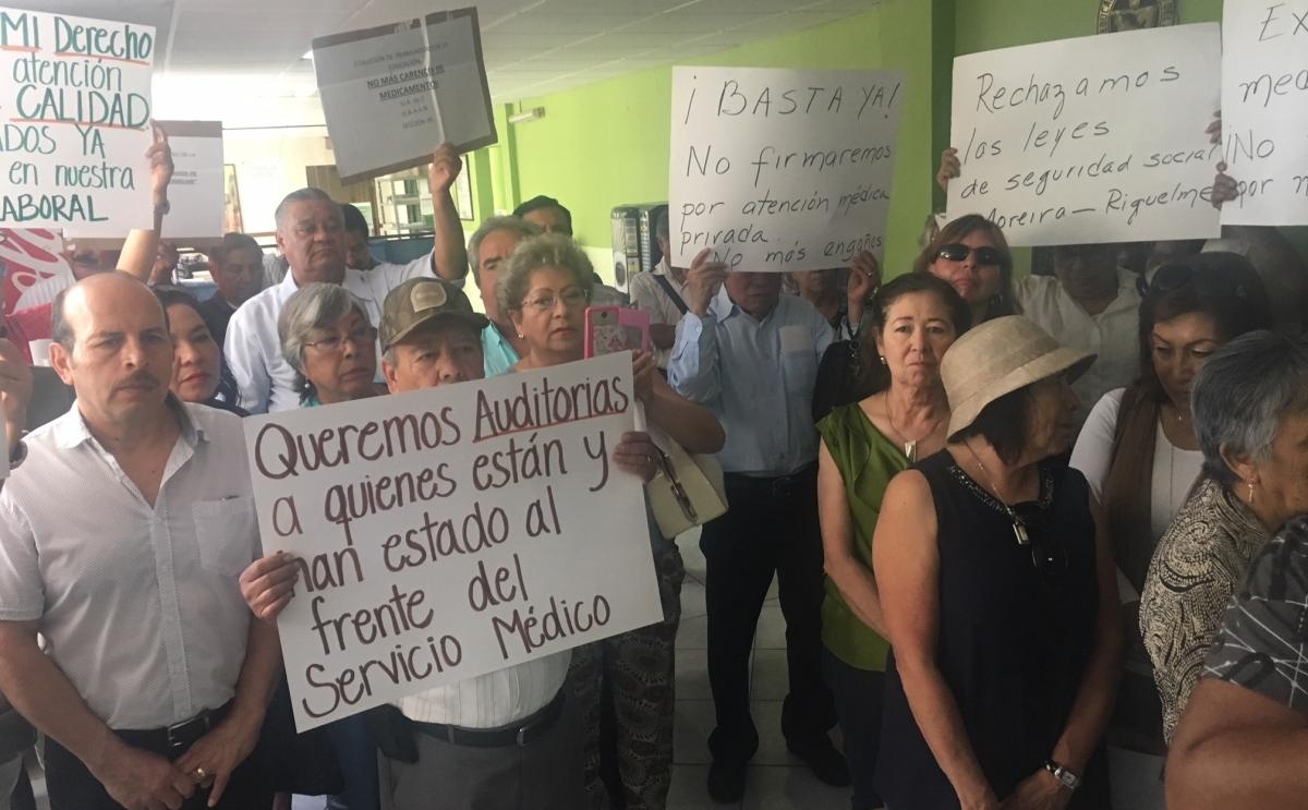 Acusan maestros que los obligan a pagar por atención médica