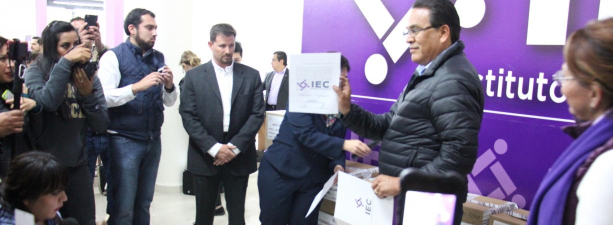 Casi 200 mil firmas entrega Javier Guerrero