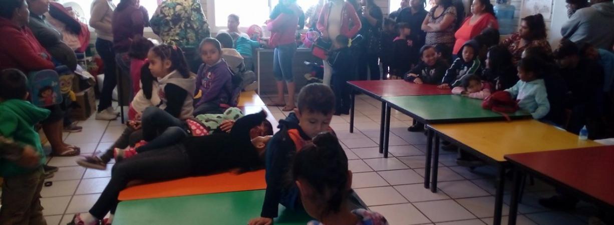 """""""Niños toman clases a la intemperie, no hay aulas móviles;Padres se manifestarán hoy"""