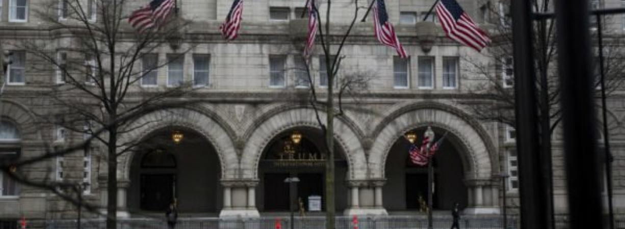 Hombre se incendia afuera de hotel en el que se hospeda Trump