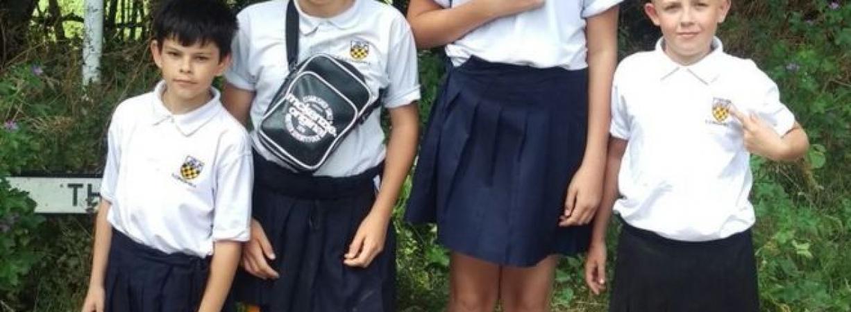 Los adolescentes que asistieron a su escuela vestidos con falda para protestar