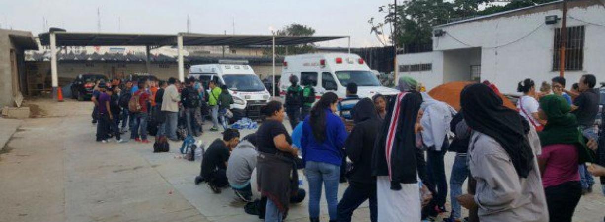 Veracruz: choca tráiler que transportaba a 110 migrantes; 48 son menores