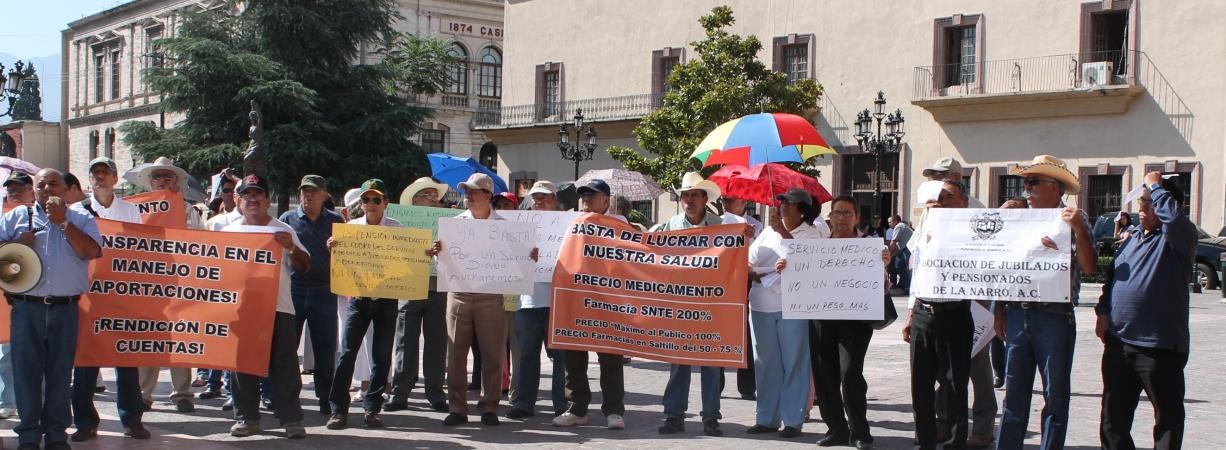Riquelme castiga a maestros que se ampararon contra Ley de Servicio Médico